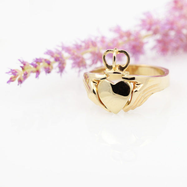 Romantic claddagh ring in yellow gold.
