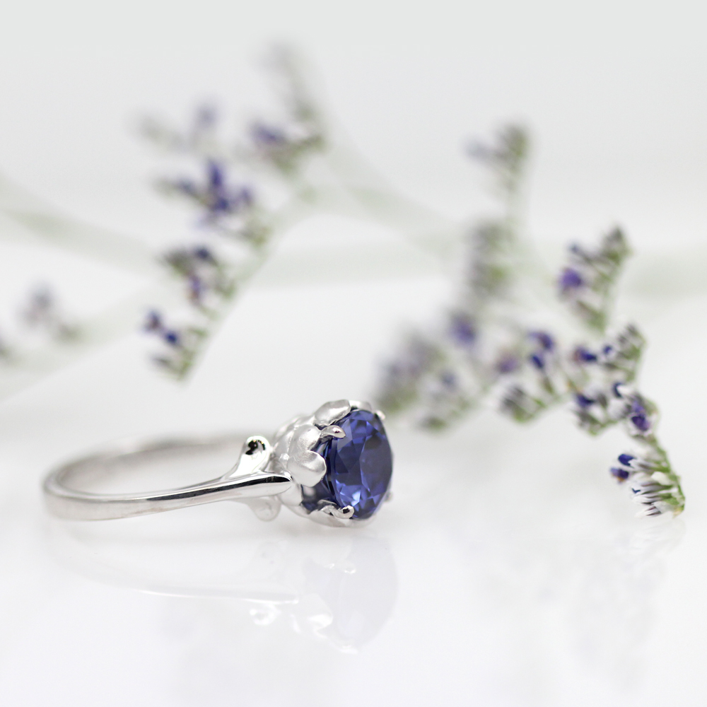 Floral sapphire solitaire in white gold.
