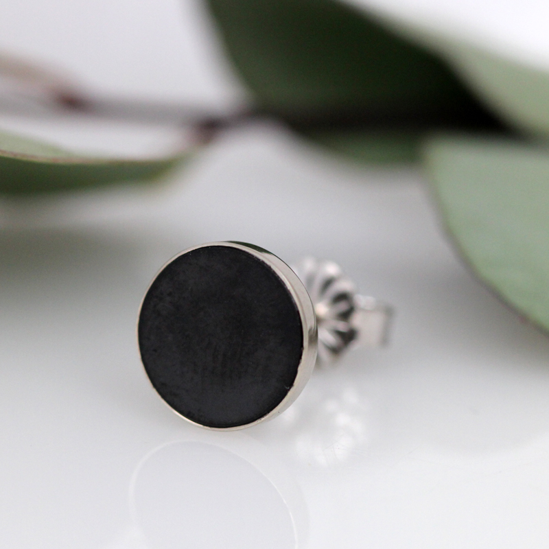 A single stud featuring a black diamond slice.