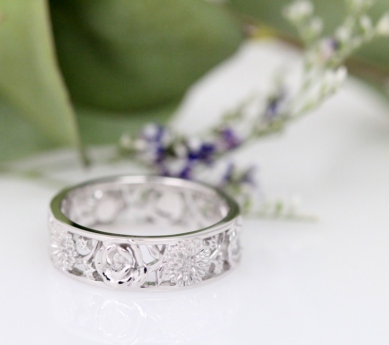 Fresh floral band in white gold.